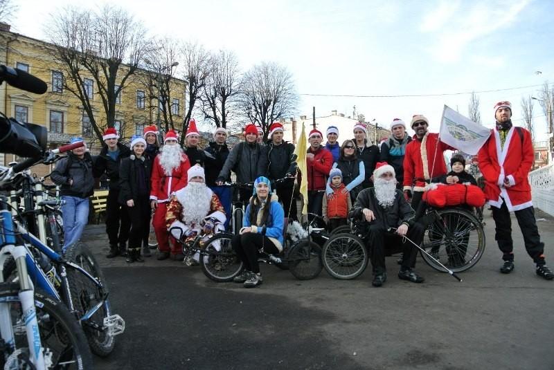 У Чернівцях відбувся новорічний велопарад дідів Морозів
